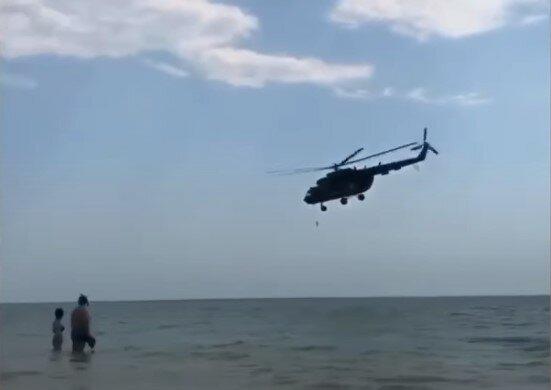 """Над пляжами Кирилівки кружляють військові вертольоти, туристи в паніці - """"Хто тут без маски?"""""""