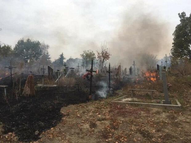 В Харькове пылало кладбище: жгли мусор, а сгорели могилы