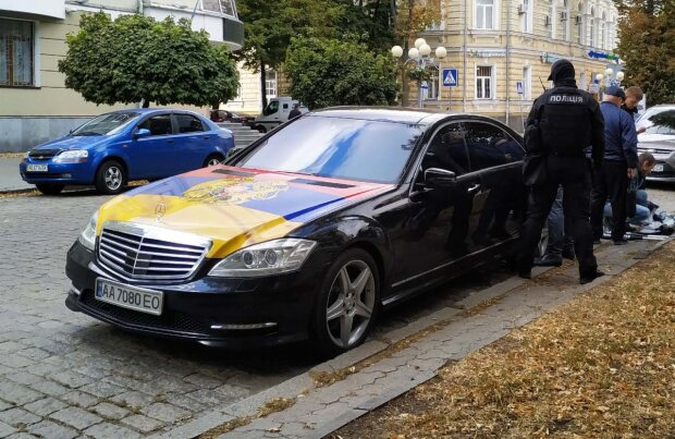 """Дикий акт вандалізму під Одесою потрапив на камеру: """"Зірвав український прапор і витер ноги"""""""