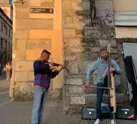 """Во Львове уличные музыканты зажгли под """"Пираты карибского моря"""", невероятно: """"Достойны Гремми"""""""