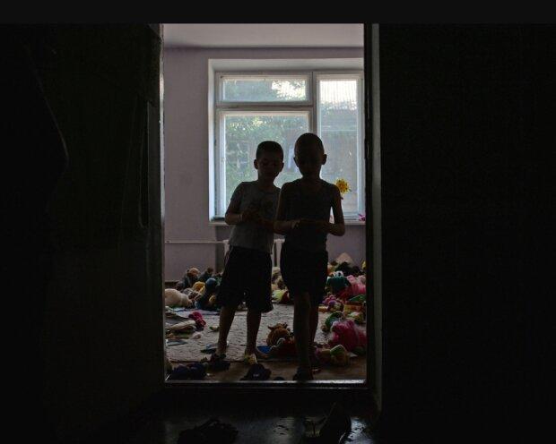Карти, гроші, два горщика: у Києві викрили підпільний дитсадок з жахливими умовами, - побачене шокує