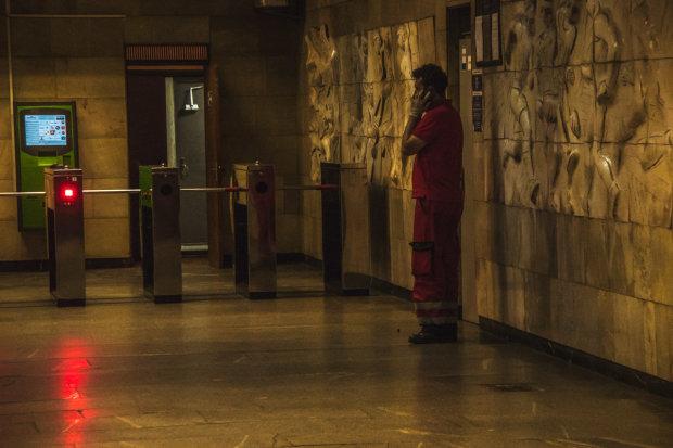 """Киевлянка едва не похоронила себя в метро: """"паркур"""" на эскалаторе закончился в больнице"""