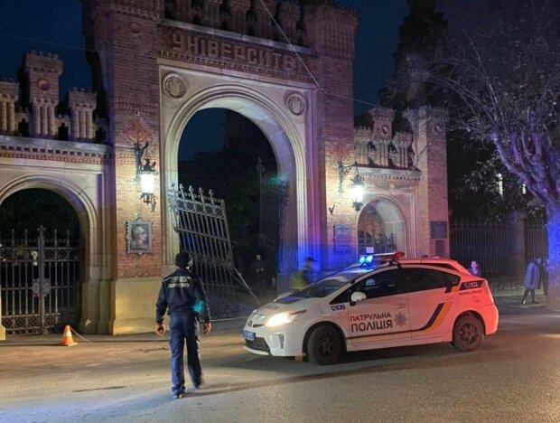 У Чернівцях автомобіль зніс ворота нацуніверситету, фото нацполіції