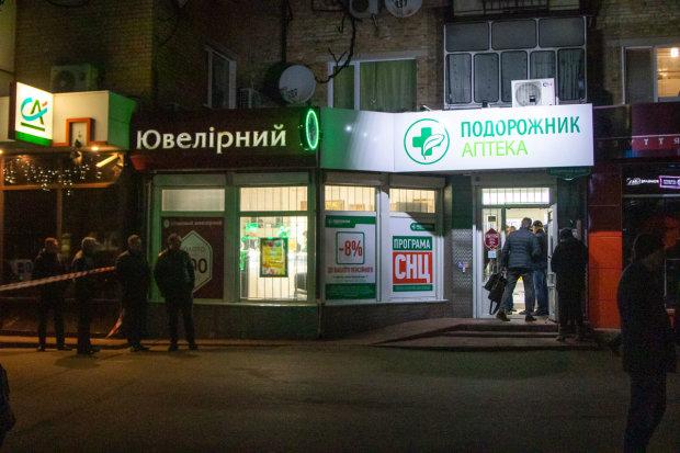 Під Києвом банда з автоматами обчистила ювелірний магазин: фото, відео