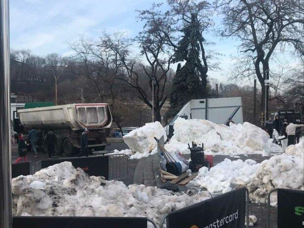 """Занесло просто з гірськолижного курорту: в Києві """"випало"""" 130 тонн снігу"""