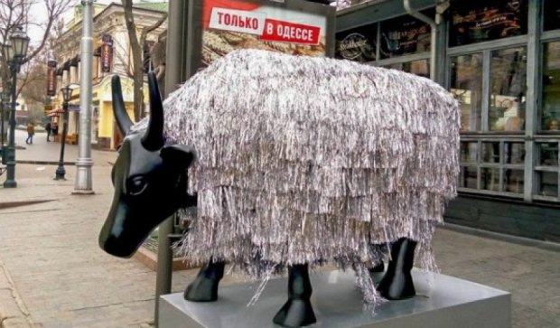 Одесити замість ялинки прикрасили корову (фото)