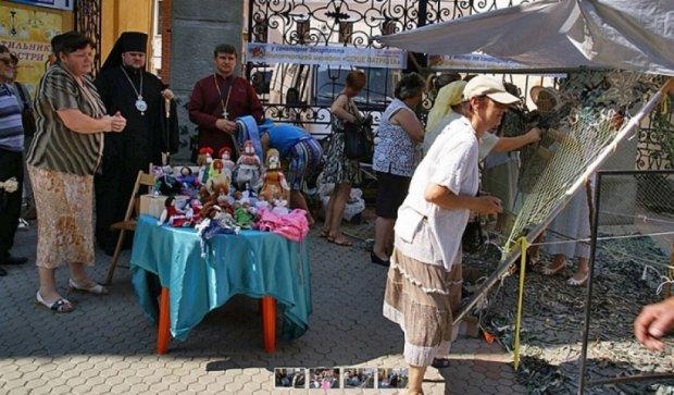 Киевские волонтеры провели благотворительную акцию в центре Мукачева (фото, видео)