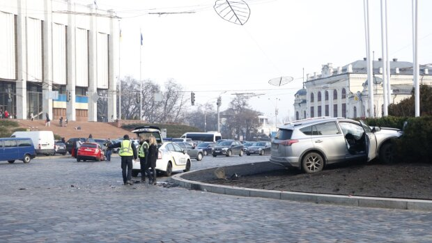"""У Києві дівчина за кермом Toyota протаранила таксі Uber, - """"гальмувала красиво, в клумбу"""""""