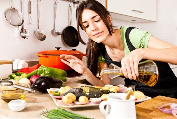Жінка готує