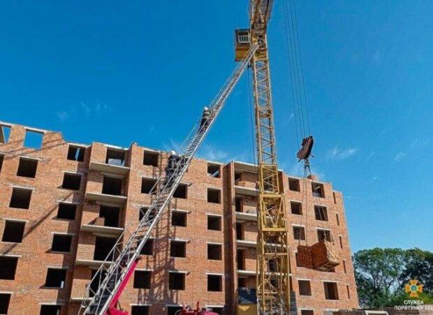 На Тернопольщине рабочий скончался на высоте тридцати метров, стало плохо