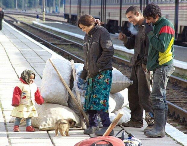 Львівський вокзал заполонили роми, фото: Вголос