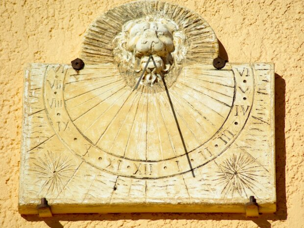 Солнечные часы, фото Pxhere
