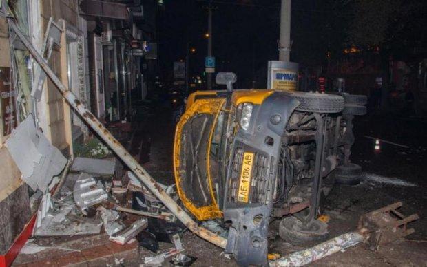 Маршрутка на друзки, водій на межі зі смертю: подробиці моторошної аварії у Києві