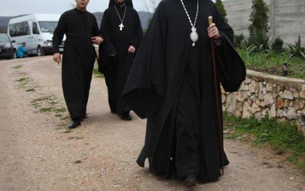 Ряса, попрошайничество, возможно рок-н-ролл: в Киеве орудует вор-священник