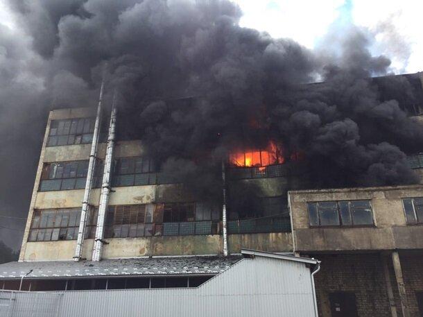 Черный дым навис над жилыми домами — в Черновцах вспыхнула фабрика, с огнем борются десятки спасателей