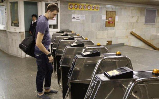 Не пройти, не проїхати: які станції метро відмовилися від жетонів