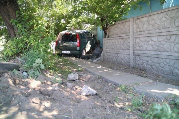 У Дніпрі неуважний пішохід спровокував ДТП: Mitsubishi влетів у приватний будинок, є постраждалі