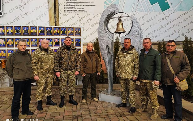 На Буковині вшанували пам'ять легендарних кіборгів: побратими дивилися на могили і бачили там себе