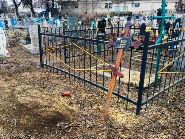 Под Днепром коммунальщики вместо деревьев спиливают надгробия: кладбищенский беспредел всплыл в скандальных фото