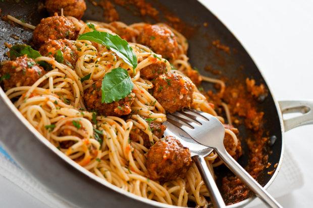 Секрети італійської кухні: рецепт спагетті з м'ясними кульками в томатному соусі