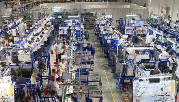 Робота на заводі, кадр з відео