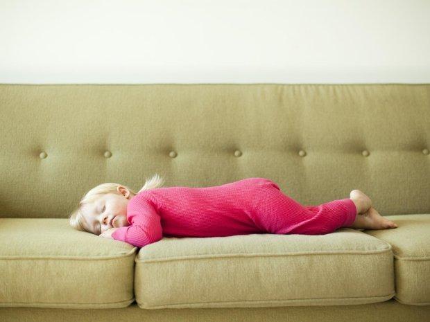 Гормональный сбой, задержка в развитии и не только: как обычный диван вредит детскому здоровью