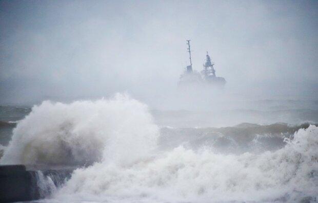 В Одесі танкер потрапив у біду, надпотужний шторм відрізав шлях до порятунку: що відомо про екіпаж