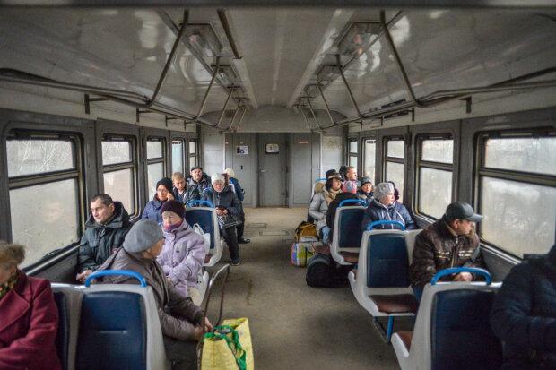 """""""Ляжем под колеса"""": разъяренные киевляне перекрыли движение городской электрички, Кличко нет веры"""