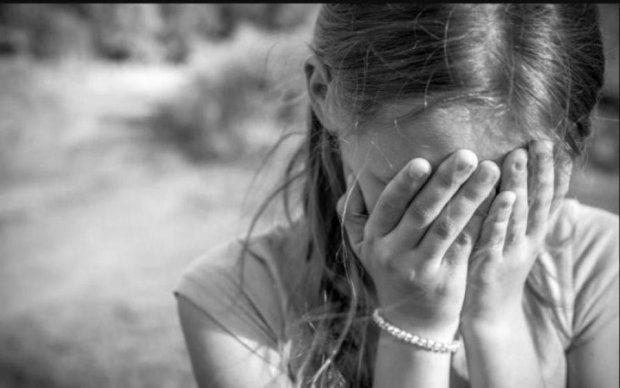 Плаче і кличе маму: в Києві шукають сім'ю загубленої дівчинки