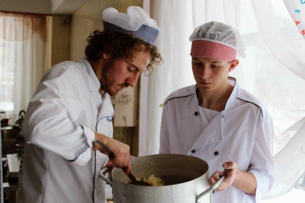 Суп из тыквы и свекольные макароны: Евгений Клопотенко накормил маленьких винничан, за уши не оттащишь