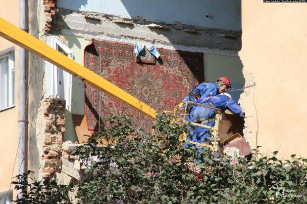 Море цветов, рыдания и молитвы: в Дрогобиче прощаются с погибшими под завалами, - Украина онемела от горя