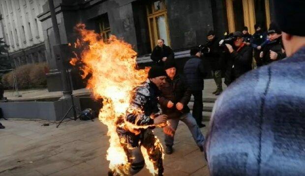 Самоподжог в Киеве под офисом президента, скриншот с видео