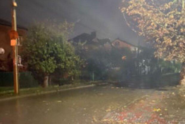 Франківськ накрило потужною зливою, рух перекрито - затоплені вулиці та повалені дерева