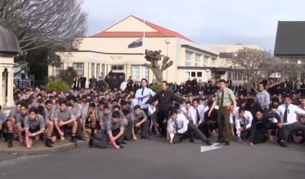 Ученики исполнили военный танец маори на похоронах учителя (видео)