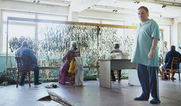 Пациенты психбольницы плетут маскировочные сетки для АТО