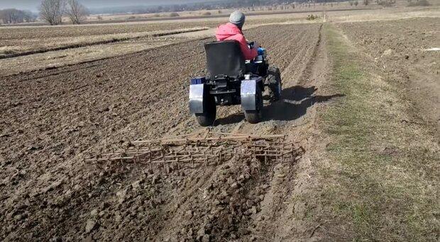 работа в поле, скриншот из видео