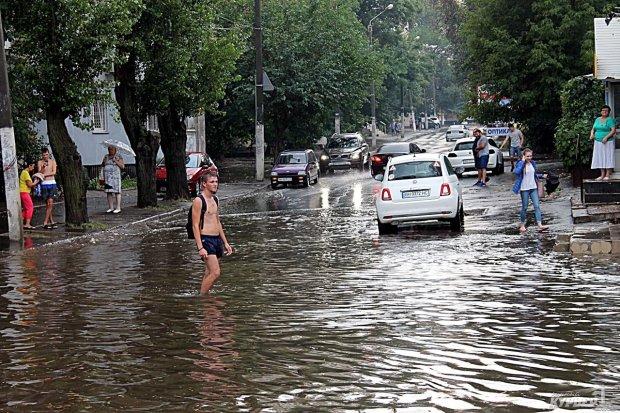 В Одессе целая улица ушла под воду: движение парализовано, видео из ада