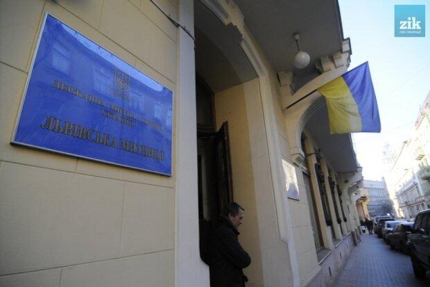 Львівські митники вляпалися у скандал: робили це по тричі на день