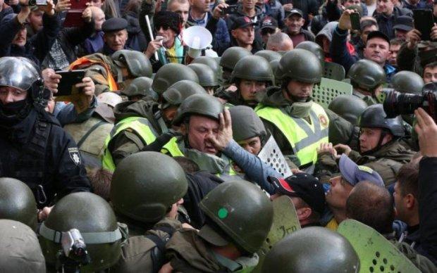 Мітингувальники і копи влаштували місиво під Радою: перші кадри