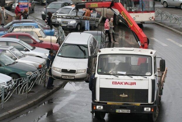 У Києві дозволили забирати з вулиці чужі машини, замішані копи: не залишайте своїх крихіток