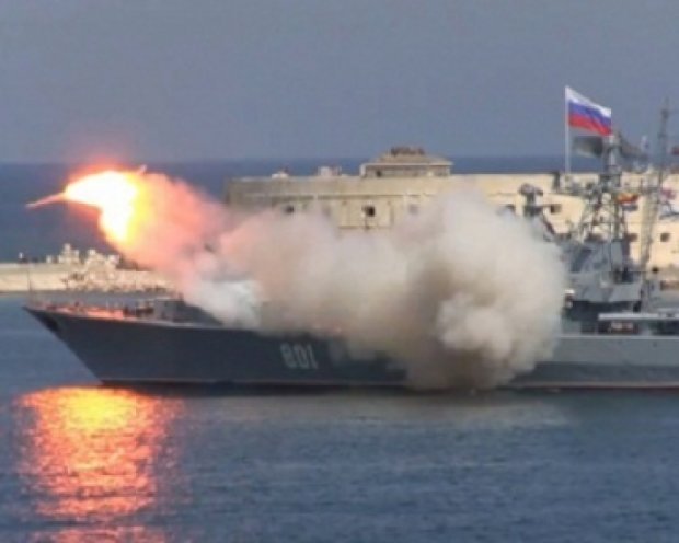 На параде в Крыму, во время запуска с российского корабля, взорвалась ракета (видео)