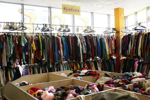 Секонд-хенди знову в моді: де купити новорічне вбрання за копійки