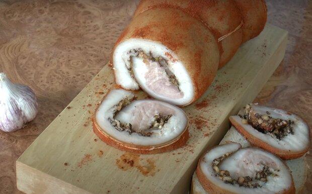 Ароматний рулет з сала зі спеціями - ідеальна закуска під гарнір і салатики