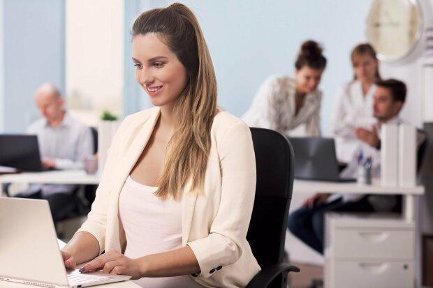 вагітна жінка на роботі