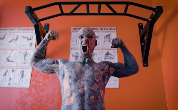 """Полностью татуированный мужчина преподает в школе, несмотря на страх детей: """"Относились ко мне спокойно"""""""