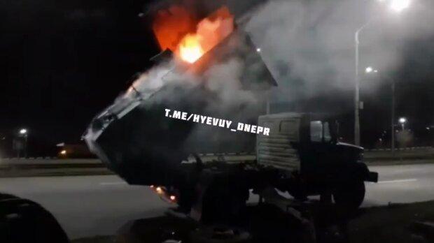 В Днепре пылающий мусоровоз открыл портал в ад: кучка пепла за считанные секунды