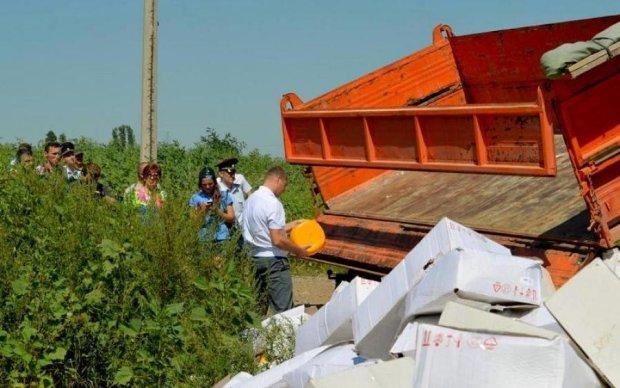 С жиру бесятся: оккупанты устроили продуктовый костер в Керчи