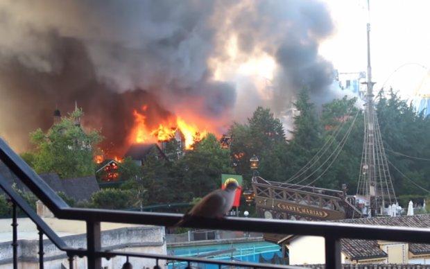 Пламя охватило крупнейший парк развлечений: жуткие кадры