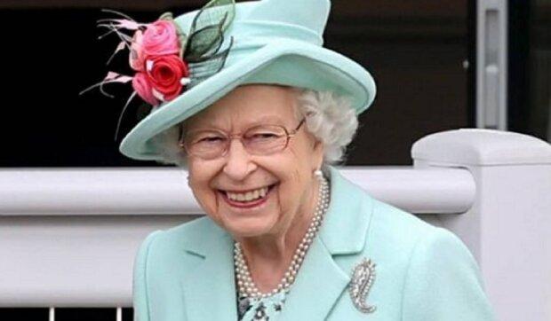 Британцы делают ставки на цвет шляпы королевы Елизаветы: не только лошади