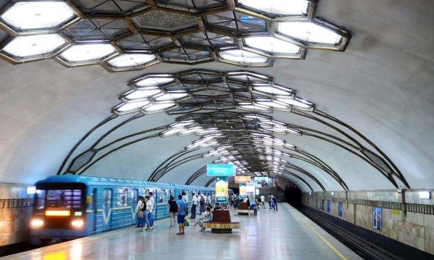 В Киеве вспыхнула станция метро: как вызволяли людей из смертельной ловушки, - кадры из огня